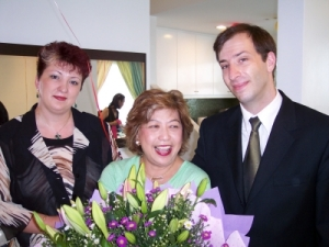 Despre noi: De la stânga la dreapta: Cristina, Lillian Too şi Dan, la ceremonia de absolvire a cursului Master Practitioners Course în Feng Shui, în Kuala Lumpur - Malaezia - iunie 2006
