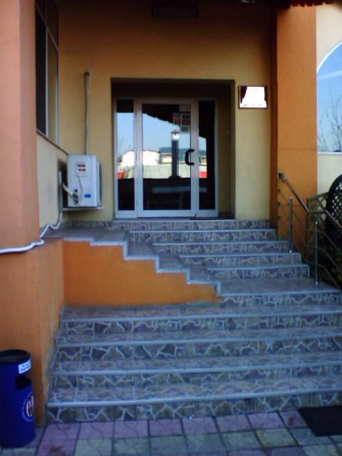 Intrarea in hotel. Forma scarilor nu atrage clientii in hotel si vor fi modificate in viitorul apropiat.