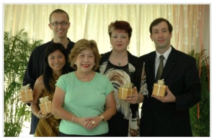 Despre noi: Imagine de la decernarea premiilor de excelență - Master Practitioner Course, unde am obținut locul 3 pe echipe la nivel internațional. În imagine sunt familia Laing (stânga) și familia Reit (dreapta) alături de maestra Feng Shui internațională Lillian Too (centru).